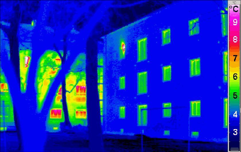 Termografi av passivhus med vanlig hus i bakgrunnen. Lovlig lånt fra https://commons.wikimedia.org/wiki/File:Passivhaus_thermogram_gedaemmt_ungedaemmt.png