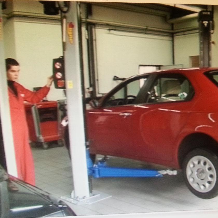 På verkstedet heises bilen opp før avmagnetisering.