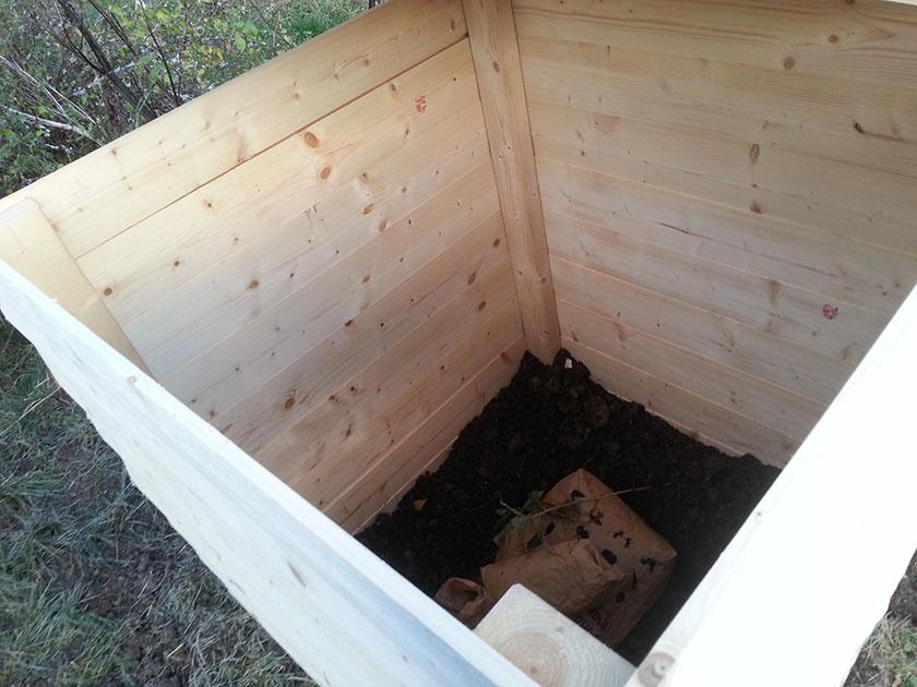 Inni bingen er det grav opp langs veggen for å hindre mus og rotter.