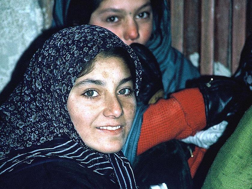 ytringsfrihet-og-islam-03-afganske-kvinner-venter-paa-legebehandling-paa-klinikk
